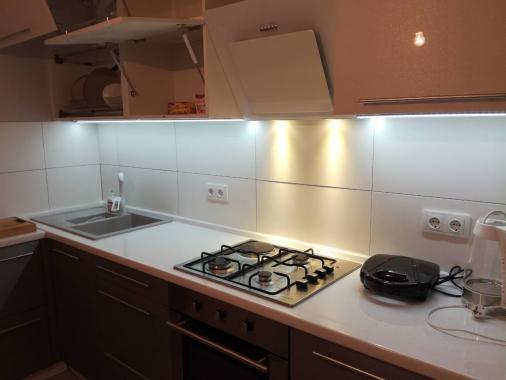 """Угловая светлая кухня с LED подсветкой """"Allsta"""""""